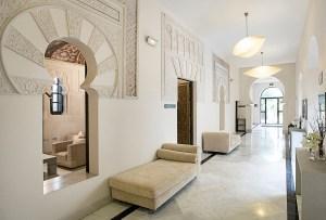 Prachtig stukwerk in de lobby van hospes Palacio del Bailío - Crema Catalana - blog over reizen, beleven, eten en logeren in Spanje