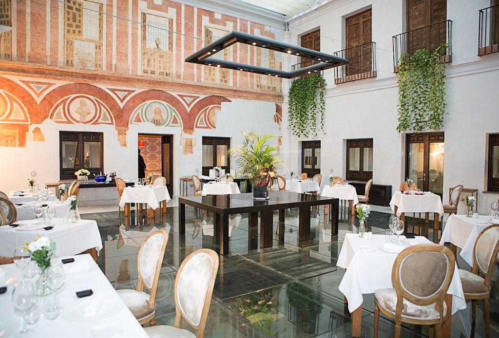 De ontbijtzaal met glazen vloer en fresco's van Hospes Palacio del Bailío - Crema Catalana - blog over reizen, beleven, eten en logeren in Spanje
