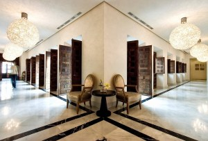 De indrukwekkende lobby van het mooiste hotel in Andalusië Hotel Hospes Palacio del Bailío - Crema Catalana - blog over reizen, beleven, eten en logeren in Spanje