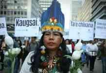 Los capitalinos les rindieron un emocionante recibimiento al paso de la Guardia Indígena.Foto: Daniel Reina Romero / SEMANA