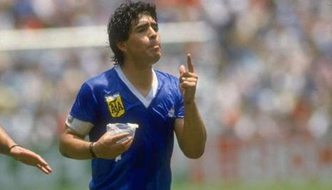 """Maradona bebiendo de las famosas """"bolsitas"""" de agua."""