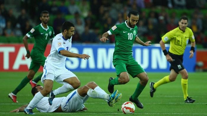 Mohammed Al Sahlawi, el goleador controla el balón.