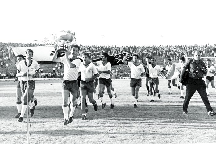 "THE ISRAELI SOCCER TEAM HOLDING THE ASIAN CUP     AFTER THEIR VICTORY OVER SOUTH KOREA AT THE RAMAT GAN       STADIUM. 'Ó¯ '·ÈÚ ‡Òȉ ·Î""¯'Ï ·‡ÈˆË""ÈÂÔ ¯Ó˙ 'Ô, ˘‰Ò˙ÈÈÌ ·ˆÁÂ‰ ˘Ï ·Á¯˙ È˘¯‡Ï ÚÏ        ·Á¯˙ ""¯ÂÌ ˜Â¯È‡‰ ·˙ˆ‡‰ 2:1. ·ˆÈÏÂÌ, ˜ÙËÔ ·Á¯˙ È˘¯‡Ï ÓÈÛ ‡˙ ‰'·ÈÚ ·˙ÂÌ        ‰Ó˘Á˜."