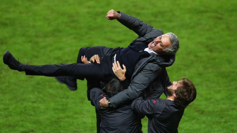 José Mourinho festeja con sus colaboradores