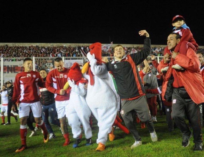 El Gallo festeja su regreso al Nacional B tras 16 años