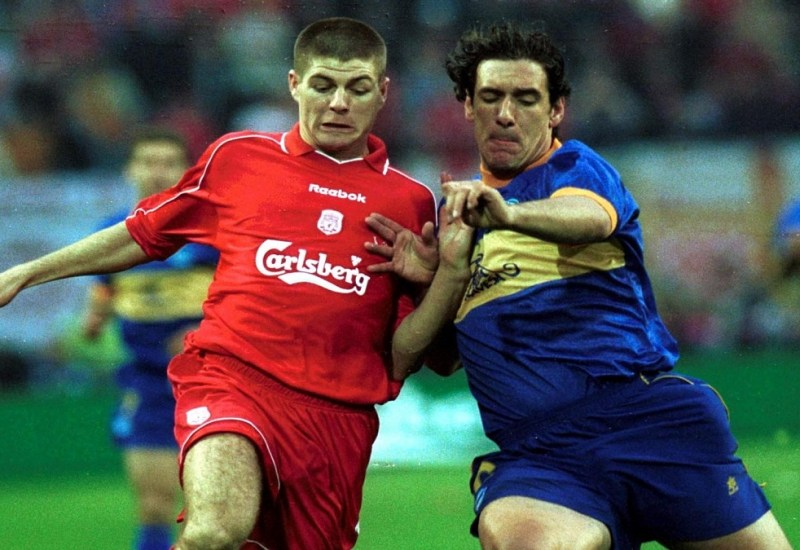 16 May 2001:  Steven Gerrard of Liverpool holds off Javi Moreno of Alaves during the UEFA Cup Final between Liverpool and Deportivo Alaves at the Westfallenstadion, Dortmund, Germany. Mandatory Credit: Clive Brunskill/ALLSPORT