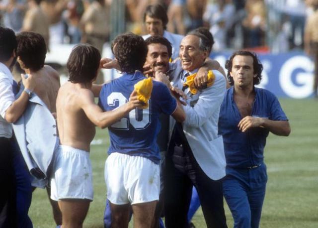 Rossi y Bearzot celebran la victoria ante Brasil
