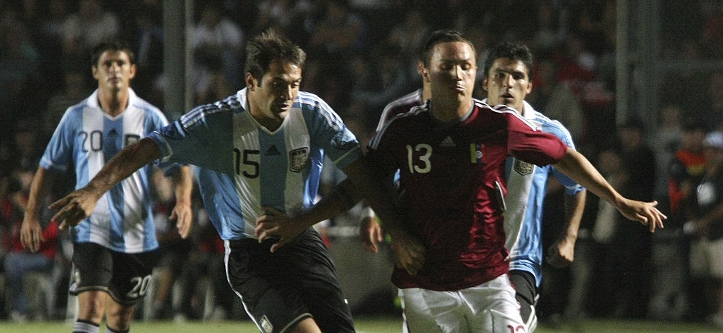 SAN JUAN, ARGENTINA - MARCH 16: Fabian Rinaudo (L) from Argentina fights for the ball with Luis Seijas (R) from Venezuela during a match between Argentina and Venezuela at the Bicentenario Stadium on March 16, 2011 in San Juan, Argentina. ( Photo by Diego Pares/LatinContent via Getty Images)