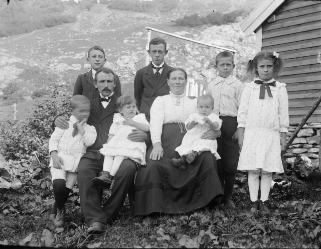 Group portrait of the Smelvær family