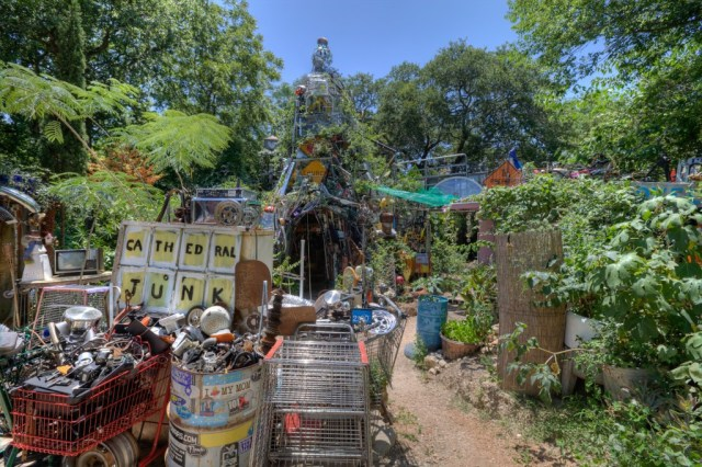 Cathedral-of-Junk-eecue_31408_9r35_l