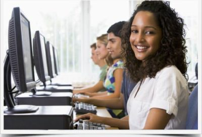 menina estudando ingles online grátis