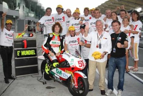 marco-simoncelli-nuevo-campeon-mundo-250cc-126340778534599