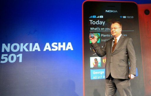 Stephen Elop holds a Nokia Asha 501 mobile phone as he addresses an unveiling ceremony in New Delhi on May 9, 2013 (AFP, Raveendran)