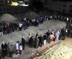 Antrian warga Mesir dalam pemungutan suara Referendum Mesir di Mahalla el-Kubra, sekitar 110 km (68 mil) dari utara Kairo, 15 Desember 2012. (REUTERS/Mohamed Abd El Ghany)