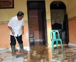 Gubernur Jabar Ahmad Heryawan sedang membersihkan lumpur. (ROL)