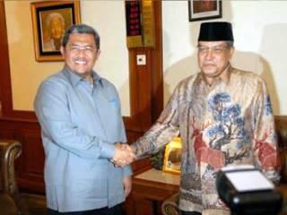 Gubernur Jabar Ahmad Heryawan silaturahim dengan Ketua Umum PBNU KH. Said Aqil Siroj, Sekretaris Jenderal PBNU KH. Marsudi Syuhud, serta pengurus inti PBNU lainnya, di Jakarta, 28 Januari 2013. (Facebook)