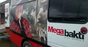 """Mobil Ambulance PDIP  bertuliskan """"Mega Bhakti untuk Indonesia"""". (Islamedia)"""