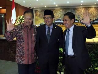 Sohibul Iman (tengah) bersama Hidayat Nur Wahid (kiri) dan Anis Matta (kanan) setelah pelantikan dirinya sebagai Wakil Ketua DPR RI menggantikan Anis Matta di DPR, Selasa (26/2). (ist)