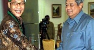Presiden Susilo Bambang Yudhoyono (kanan) ketika menerima Ketua Umum Pengurus Besar Himpunan Mahasiswa Islam (PB HMI) Noer Fajrieansyah (kiri). (Antara/ Prasetyo Utomo)
