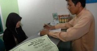 Seorang teller melayani nasabah di Baitul Maal Wa Tamwil (BMT). (Republika/Aditya Pradana Putra)