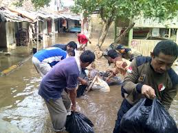 Kader PKS membantu korban banjir