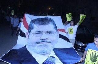 Demonstrasi menentang pengadilan Presiden Mursi (inet)