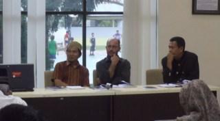 """penulis Dr Mehmet Ozay (tengah), penerjemah Afdhal Muchtar (kiri), dan Kepala Bidang Sejarah di Dinas Kebudayaan dan Pariwisata Aceh Teuku Zulkarnaini (kanan). Foto: Thayeb Loh Angen"""""""