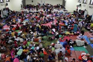 Ribuang pengungsi banjir Jakarta masih bertahan di Gedung Olah Raga di Jalan Otista (GOR Otista), Jakarta Timur, Selasa (21/01/2014). FOTO : FRINO BARIARCIANUR/kabarkampus.com)