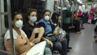 Warga Mesir menggunakan masker di metro subway menghindari terjangkit flu babi yang sedang menyebar di Mesir (aljazirahonline.com)