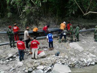 Relawan PKPU bersama Kopasus dan PDAM memperbaiki pusat mata air gunung kelud, Jumat(21/2) - Foto: PKPU