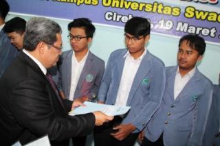 Gubernur Jawa Barat Ahmad Heryawan saat memberikan beasiswa kepada mahasiswa Unswagati Rabu (19/3). - Foto: ahermediacentre.com