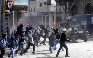 Warga Palestina yang melempari warga dan tentara Israel dengan batu (paltimes)