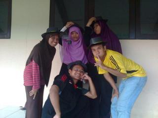 Lima orang Relawan Guru Sekolah Guru Indonesia (SGI) Dompet Dhuafa di Sambas, Kalbar - Foto: SGI DD