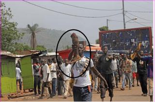 Milisi Kristen pamerkan potongan kaki korbannya kepada wartawan (alukah)