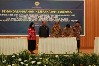 Penandatanganan MoU kesepakatan bersama tentang akses data transaksi rekening pemerintah provinsi/kabupaten/kota se -Sumatera Barat secara on-line di Auditorium Kantor Pusat BPK RI Jakarta, Senin (1/4). - Foto: humas Sumbar