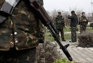 Beberapa personil militer Ukraina terlihat berjaga-jaga (anadolu)