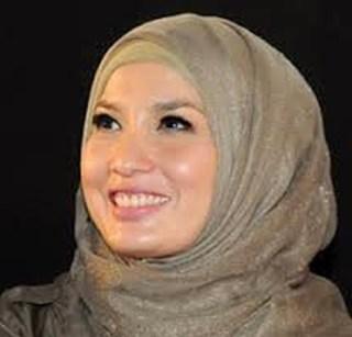 Arzetti Bilbina, Mantan Putri Indonesia tahun 1994 yang kini telah berhijab.  (lkbkalimantan.com)