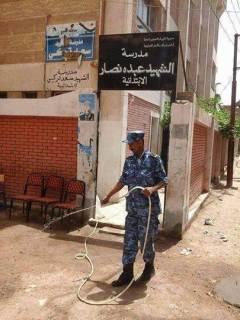 Tidak ada pemilih, tentara penjaga TPS bersantai lakukan aktivitas bersih-bersih (islammemo.cc)