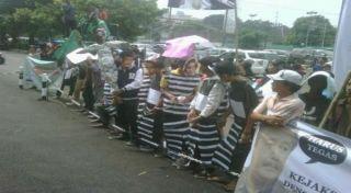 Aksi unjuk rasa HMI di depan Kejagung (okezone.com)