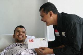 Tim SOS Palestine ACT Yusnirsyah Sirin dan seorang pasien warga Gaza di rumah sakit, di Kairo, Mesir (Yusnirsyah/ACT)