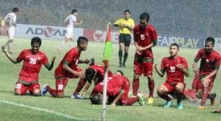 Punggawa Timnas U-19 saat melakukan selebrasi sujud usai membobol gawang lawan. (okezone.com)