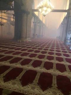 Bagian dalam masjid Al-Aqsha yang penuh dengan gas air mata yang ditembakkan penjajah Zionis (egyptwindow.net)