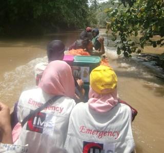 Perjalanan menggunakan perahu menuju Dusun Tinabu Desa Saliguma, Kecamatan Siberut Tengah, Kepulauan Mentawai.  (Ibnu/IMS)