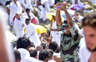 Personil militer Saudi membantu jamaah haji menghadapi teriknya matahari dengan cara yang unik (sabaq)