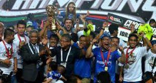Pemain dan Official Persib larut dalam kegembiraan setelah berhasil menjuarai ISL 2014.  (kompas.com)