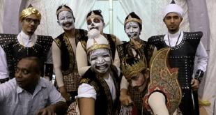 Mahasiswa Indonesia Harumkan Nama Indonesia Lewat Pementasan Budaya Wayang (dakwatuna)
