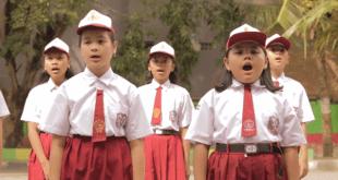 "Anak-anak SD sedang menyanyikan lagu ""TV, Jasamu Tiada..."" (youtube)"