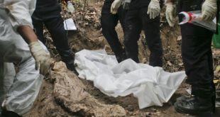 Polisi Malaysia bongkar kuburan massal di bukit Wang Burma, Perlis, Malaysia tanggal 26 Mei 2015 (bbc.co.uk)