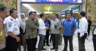 Wakil Ketua Komisi V DPR RI, Yudi Widiana Adia (ketiga dari kanan) saat meninjau lokasi bekas kebakaran di Terminal 2E Bandara Soekarno-Hatta, Senin (6/7). (IST)