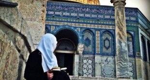 Ilustrasi - Seorang muslimah dekat Kubah Shakhrah, di dalam kompleks Masjid Al-Aqsha. (callmethere.tumblr.com)